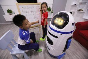 робот обучает детей
