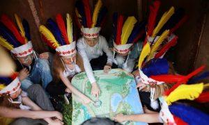 дети играют в индейцев