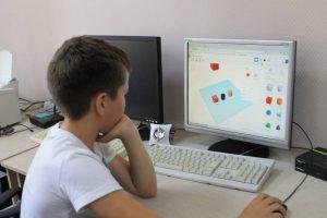 мальчик создает 3d модель